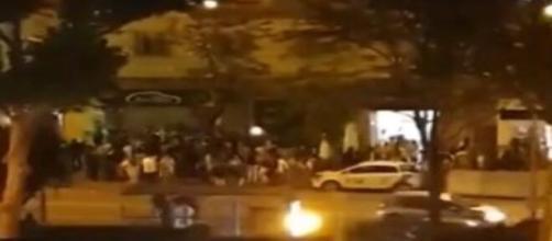 Tras finalizar el Estado de Alarma multitudes se aglomeran para celebrarlo y un enfermero de la UCI Covid es testigo - (Twitter @saavooiinii)