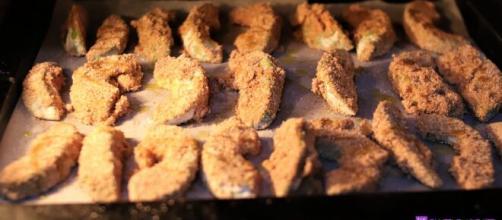 Chips di avocado da cuocere in forno.