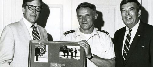 Du Pont (left) with U.S. Army Major General Joseph Lank and State Representative B. Bradford Barnes (Image source: U.S. Army/Wikimedia Commons)
