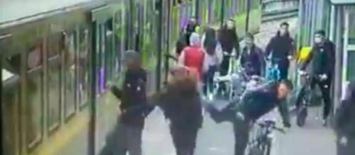 En medio de la agresión machista otra mujer recibió una patada en la cara (Twitter, @minnyshell)