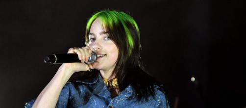 Billie Eilish: il live di Your Power nel deserto assieme al fratello Finneas.