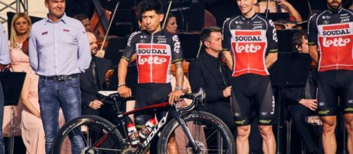 Caleb Ewan con la bici Ridley alla presentazione del Giro d'Italia.
