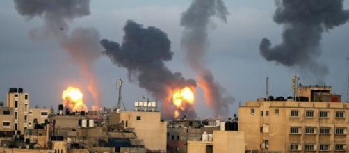 Israele: continuano i bombardamenti da entrambe le parti.