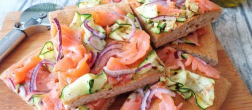 Pizzette al salmone, uno snack semplice e veloce.
