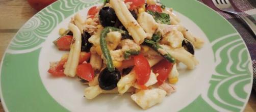 Insalata fredda con pasta e pollo.