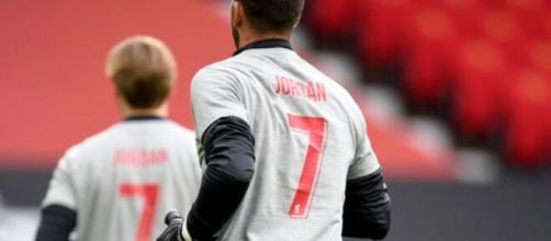 Le maglie indossate dai giocatori del Liverpool per ricordare il piccolo Jordan.