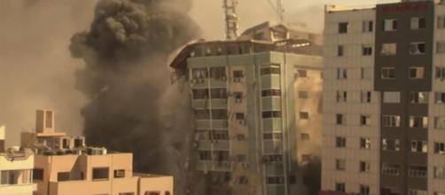 Bombardeio destrói prédio em Gaza (Arquivo Blasting News)