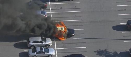 Carro pega fogo após homem usar álcool em gel e acender cigarro (Arquivo Blasting News)
