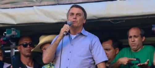 Presidente Jair Bolsonaro se pronunciando durante ato de apoiadores neste sábado (15). (Arquivo Blasting News)