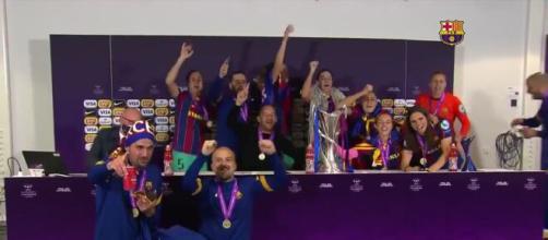 Les Barcelonaises débarquent en conférence de presse pour célébrer le titre en Ligue des champions (Source : Twitter FC Barcelona - capture)