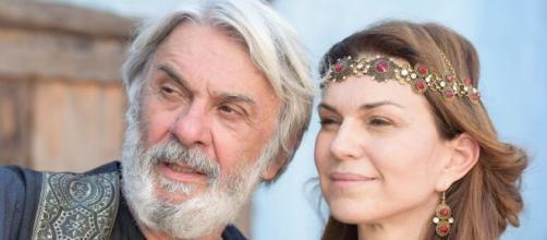 Abraão e Sara celebram gravidez em 'Gênesis' (Reprodução/Record TV)