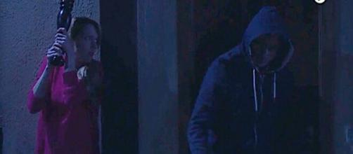 Tempesta d'amore, trame tedesche: Rosalie scambia Michael per un ladro e lo aggredisce.