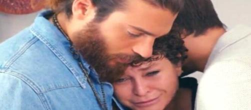 DayDreamer, puntate turche: Emre e Can si danno un lungo abbraccio con Huma, lei poi parte.