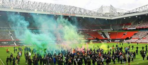 Manchester-Liverpool, i tifosi dello United invadono lo stadio: protesta contro i Glazers.