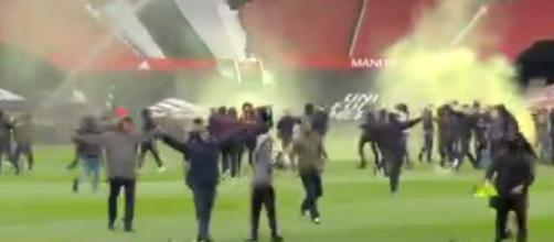 Manchester United : Les fans envahissent le stade avant le choc contre Liverpool (Source : Twitter officiel Sky News - capture)