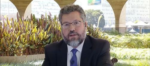 O ex-ministro de Relações Exteriores, Ernesto Araújo, soltando o desapontamento sobre o governo Bolsonaro (Arquivo Blasting News)