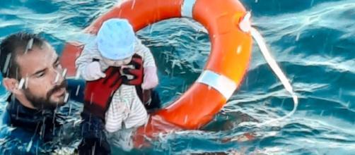 En Ceuta los niños rescatados por la Guardia Civil son una parte dramática de la crisis migratoria (Twitter, @guardiacivil)