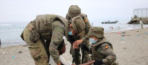Militares atendiendo a una inmigrante (@Defensagob)