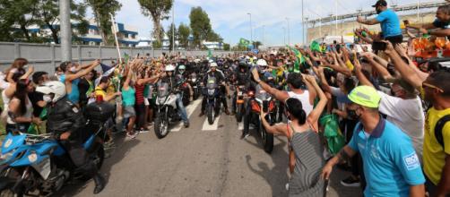 Bolsonaro gera aglomeração no Rio (Clauber Cleber Caetano/PR)