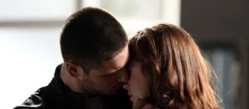 Lucas e Isis se beijam em 'império' (Reprodução/TV Globo)