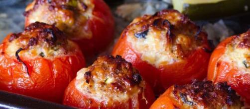 Pomodori ripieni al forno, un antipasto sfizioso per l'estate.