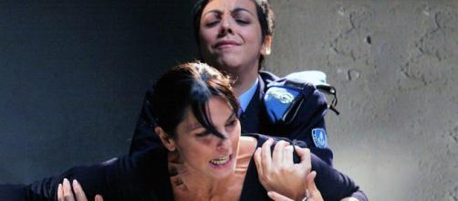 Un posto al sole: Nina Soldano, nei panni di Marina, in una scena in carcere e Antonella Prisco, che interpretava una guardia carceraria.