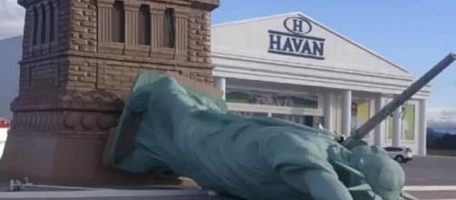 Vento forte derruba estátua da Liberdade de loja da Havan no RS (Reprodução/Twitter)