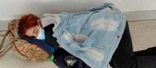 Laura se acostó en el suelo debido al cansancio que le provocaba el COVID-19. (Facebook de Claudia Sánchez)