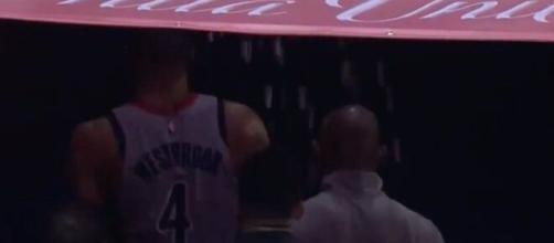 Russell Westbrook reçoit du popcorn de la part d'un spectateur et veut se battre (Source : NBA et NBC)