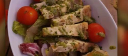 El resultado fue una tortilla cortada en trozos acompañada de tomate y lechuga - (La Sexta)