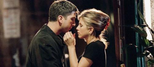 Jennifer Aniston e David Schwimmer sul set di Friends.