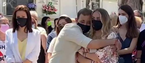 David Flores se abraza a su hermana durante el homenaje a Rocío Jurado. (Imagen: Socialité/Telecinco)