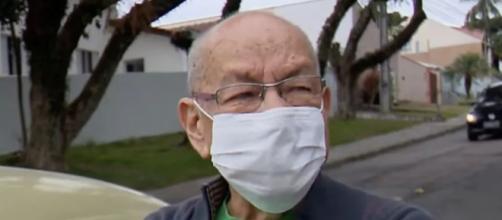 El profesor Marcelo Siqueira emocionado ante las cámaras por su sorpresa (imagen captada por el vídeo de Meiodía)