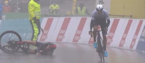 La caduta di Geraint Thomas al Giro di Romandia.