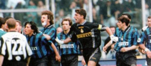 Nella foto un episodio in Juventus-Inter del 1998