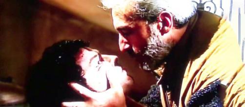 Un posto al sole, Raffaele Giordano (Patrizio Rispo) tortura l'assassino di sua moglie.