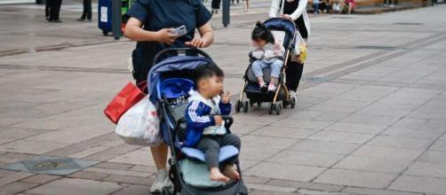 Cina, cala la natalità: Pechino autorizza fino a 3 figli per coppia.