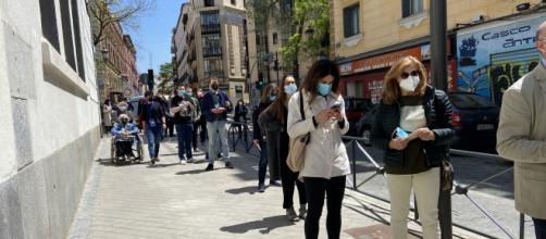 Colas con una larga espera en los colegios electorales de Madrid (Twitter: @olgarodriguezfr)