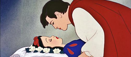 Uno screenshot del famoso bacio tra il Principe azzurro e Biancaneve. ©Disney