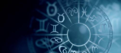 Previsioni zodiacali del 5 maggio: amore per Ariete, Scorpione alla ricerca di novità.