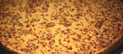Farinata di ceci con cipolla, un must della cucina mediterranea.