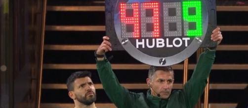 Le quatrième arbitre se trompe de numéro pour Sergio Agüero (Source : capture vidéo RMC Sport)