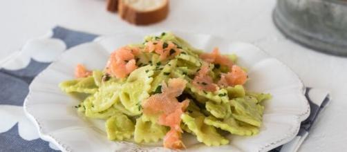 Pasta con il salmone e l'avocado un primo piatto.