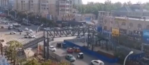"""Imagen del puente que ha pagado la madre conocida como """"Meng"""" (Fotografía Youtube)"""