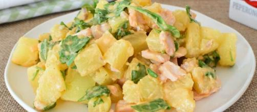 Insalata di patate con salmone e zucchine.
