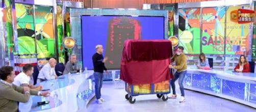 Las nuevas colaboradoras se escondían bajo una tela roja (Captura de Telecinco)