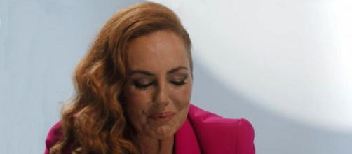 Rocío Carrasco llora a través de su monólogo en 'Rocío: contar la verdad para seguir viva'. (Telecinco)