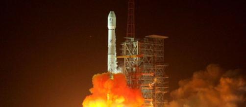 Un cohete explota en una bola de fuego cerca de un pueblo después de poner dos satélites en órbita (Flickr.com)