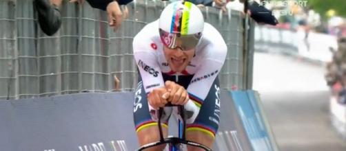 Filippo Ganna al'arrivo della cronometro di Torino del Giro d'italia 2021
