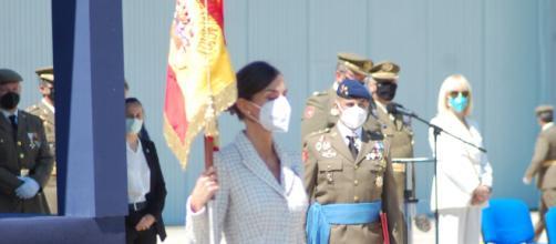 La reina Letizia amadrina la bandera nacional a la ACAVIET. (Foto: Antonio Rodríguez)